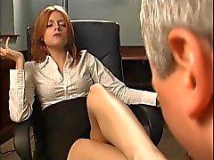 Redheaden boss gör honom suger fötterna