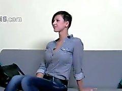 slanke brunette meisje neuken op de stoel