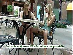 Leslie och Danielle superb lesbisk kvinnor kyssas och offentliga blinkande bröst