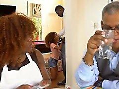 Black Teen Kendall Woods Saugen Dink Während Dinner Party