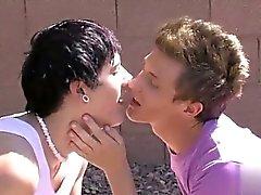 Escena gay caliente de Hay un increíble dinámica de romanticismo entre la los twinks