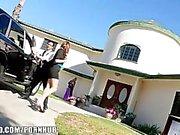 Paare Schwestern zu bestechen ihren Wagenverkäufer zu einem Dreier