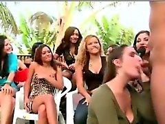 Blowjob ao ar livre por gajo do com um grupo da mulher de CFNM