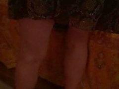 MILF Sexy blonde en robe du dimanche et des talons