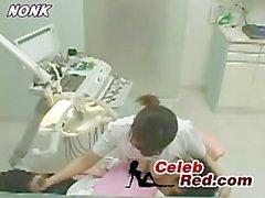 Japonca Diş Nurse Hasta etmek için Handjob veriyor