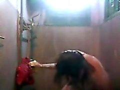 Washing Das Fett Körper in der Shower von Zuhause