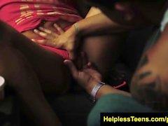Helplessteens Piper Perri bittet um eine raue Outdoor-Knechtschaft