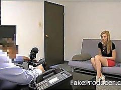 Alto Bionda succhiando FakeProducer e di deglutizione sperma