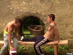 Красивые молодые люди делают анальную любовь на открытом воздухе после волейбола