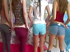 Duas meninas da faculdade jovens desfrutando de paus