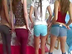 Två unga college flickor njuter dicks