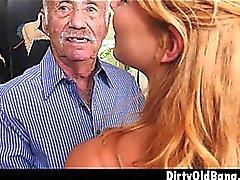 Adolescente rubia Raylin Ann Tomando en tres viejos hombres en vez