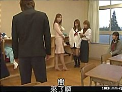 Japansk skolflicka blåser kuk och får sin fitta krossas och fingrade