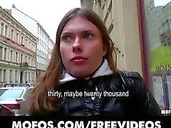Utelias Tšekin brunette on vakuuttunut vittunippu käteistä
