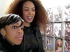 2 adolescentes ebony encontrar un gamberro de blanca bromeando de ellos a través de gloryhole
