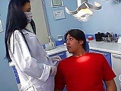 Sexig Latina tandläkare fucks hennes patient