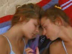 Lesbiska babes retas varandra
