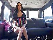 Anissa Kate fattar en stygg ride ligger fan buss