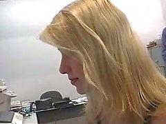 Boss stjäl underbara blond praktikant oskuld i ett hotellrum