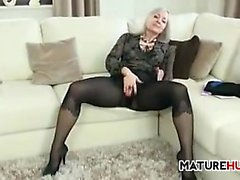Donna che maturi in collant di presa in giro suo corpo