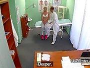 Doktor sıcak Pigtailed çek sarışın genç sikikleri