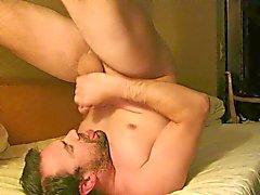 Masturbándose y en Cumming en la boca y tragar