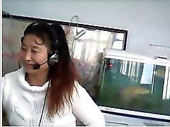 Chinese MILF toont borst en slipje