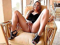 Carolyn söpö blondi pitkät hiukset ja luonnon tissit toying pillua nojatuoli