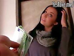 Zwoele amateur brunette Eurobabe Vikky kutje steken voor je geld