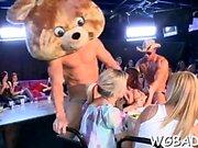 Des filles séduisantes sucent les pénis des strip-teaseuses