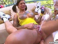 Novinha tatuada dando o cuzinho e mostrando a buceta carnuda mijando - Fada