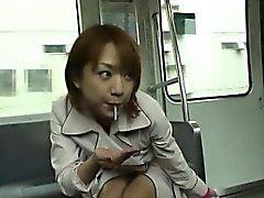 Subtitulada mamada de pública japonesa y de las rayas en de tren de