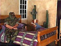 Guy i kamouflage torterar chick i träldom