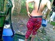 Desi Village Fille avec Grosses Boules la prise de bain au publiques