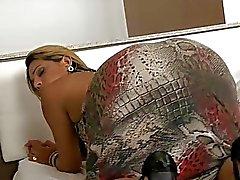 Сексуальное транссексуал Suzi Баррето получает ее анальной стучать по кровать