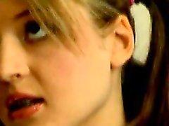 Lussuriosi dilettante bisbetica adolescente britannico in trecce di Britney