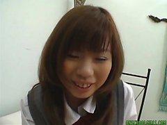 Asiatisk tonåring får fitta fingered före knullar