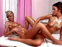 Vanessa Jordin mampft auf dem Partnern heißen Pussy