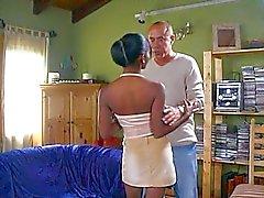 Mustaa tytön tarttuu valkoista kaveri
