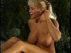 Chaude bandes blonde à l'extérieur et prend des fuite près de la piscine
