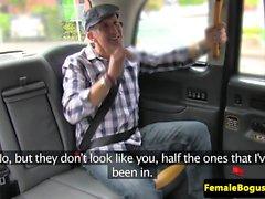 Leidi taksikuski facefucked ulkotiloissa kuluttua lyömällä