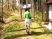 Vieux couple à enceintes séduire les l'étudiante dans des bois