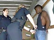 Deux flics femelles blanches suçant de grands grands dudes noirs Dong