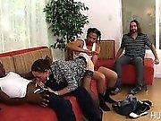 Da esposa fodida por dois galos pretos embora ele vigia