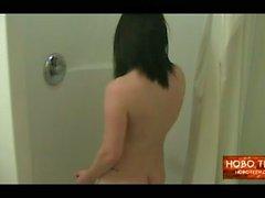 Landstreicher Teenie abwaschbar in einer schmutzigen Motel Dusche