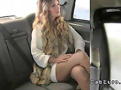 Потрясающие блондинка на лизунцы заднице кабине водителя