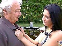 Horny adolescente de sucios seduce a un anciano horrible para follar