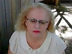 Penelope saugt Hahn und bekommt ein Gesichtsbehandlung Freien