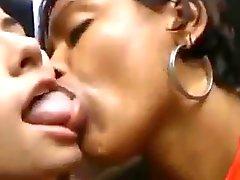 Kyssande flickor 35