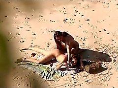 Genel bir plajda için röntgenci . Ateşli genç çift cins yine